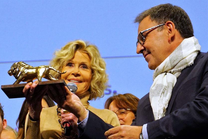Jane Fonda,  recevant le « lion de Lyon » des mains de David Kimelfeld, président de la métropole, lors de la cérémonie de clôture du Festival Lumière 2018 - Lyon - Photo © Anik Couble