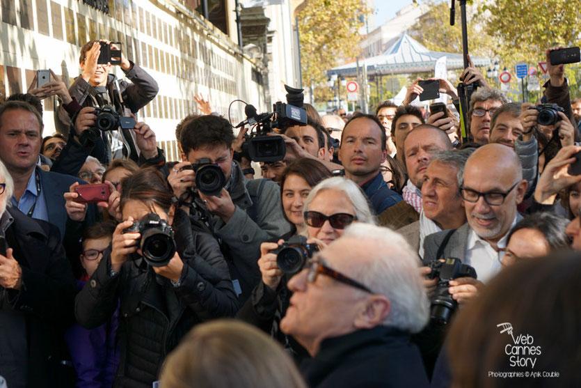 Martin Scorsese, lors de la pose de sa plaque sur le mur des réalisateurs,  au milieu de la foule - Festival Lumière 2015 - Photo © Anik COUBLE