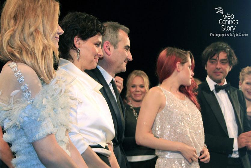 Kristen Stewart, entourée de Olivier Assayas, Chloë Moretz, Juliette Binoche  et Olivier Assayas, lors de la présentation du film «Sils Maria» d'Olivier Assayas - Festival de Cannes 2014 - Photo © Anik COUBLE