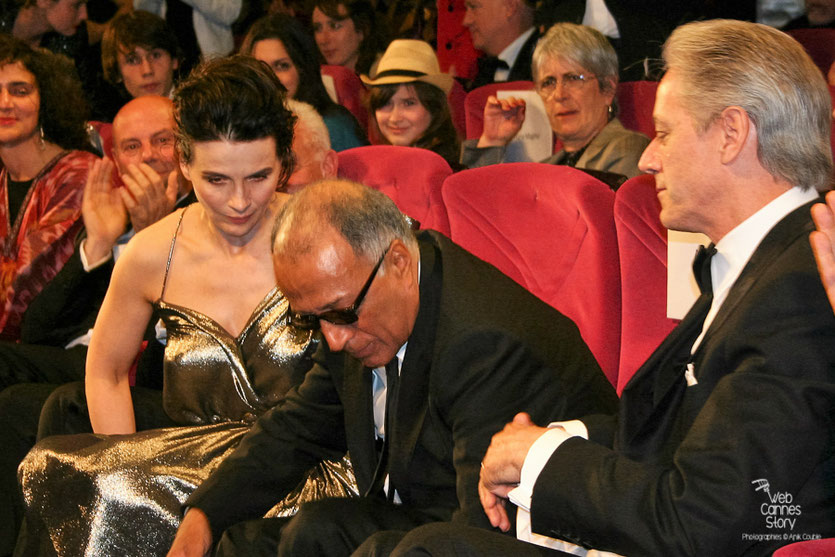 "Abbas Kiarostami,  entouré de Juliette Binoche et William Shimell, lors de la projection de son film ""Copie conforme"" - Festival de Cannes 2010 - Photo © Anik Couble"