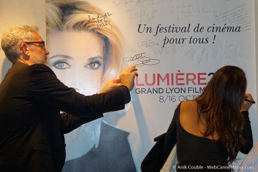 Alice Belaïd, signant l'affiche du  Festival Lumière 2016, photographiée par Yves Bongarçon - Lyon - Photo © Anik Couble