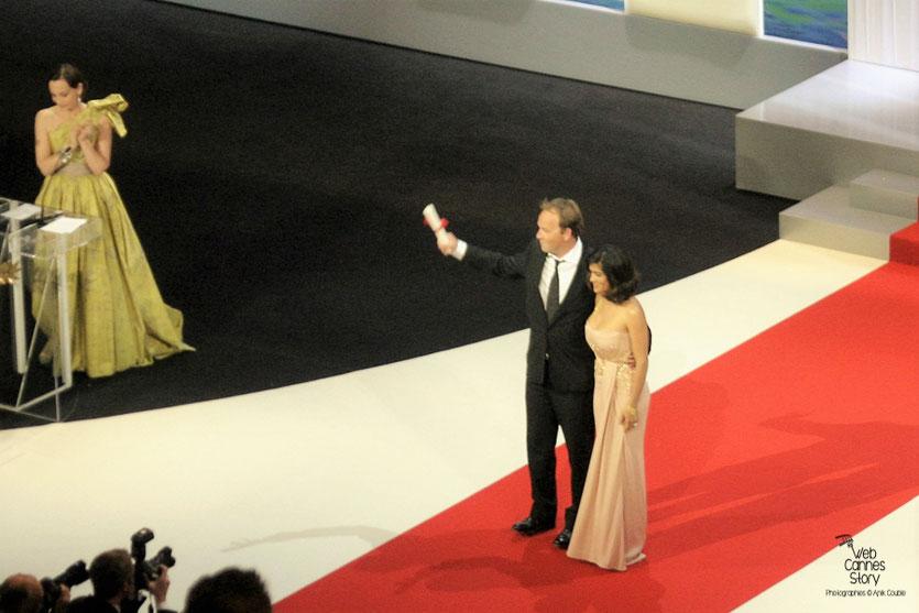 Xavier Beauvois, Grand Prix pour «Des hommes et des dieux»,  en compagnie de Slama Hayek - Festival de Cannes 2010 - Photo © Anik Couble