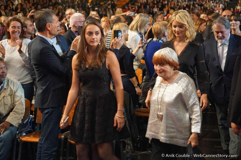 Agnès Varda, Viriginie Efira et Walter Hill, au milieu du public de la Halle Tony Garnier - Cérémonie d'ouverture - Festival Lumière 2016 - Lyon - Photo © Anik Couble