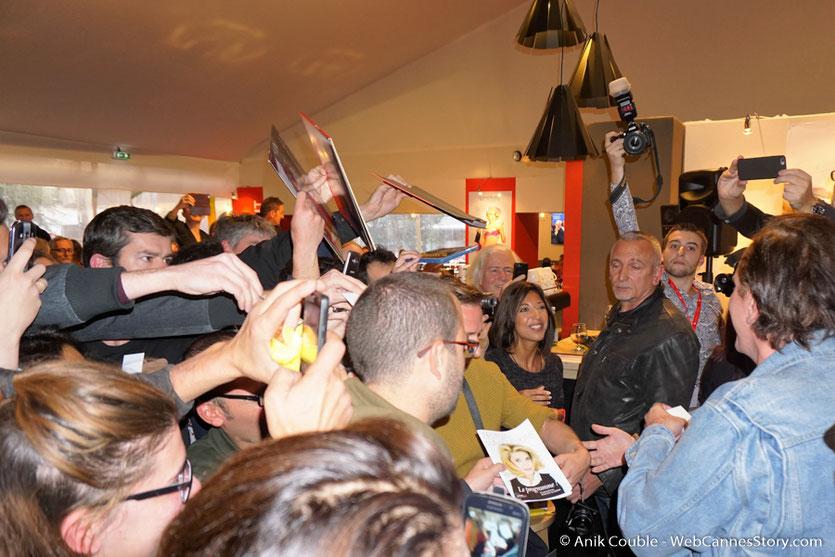 """Quentin Tarantino, signant des autographes, à la sortie de """"La Grande Emission"""" de Radio Lumière - Festival Lumière 2016 - Lyon - Photo © Anik Couble"""