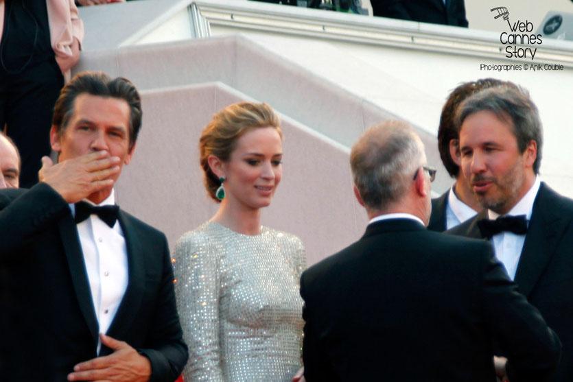 """Josh Brolin, Emily Blunt et Denis Villeneuve, sur les marches pour la projection du film """"Sicario"""" de Denis Villeneuve - Festival de Cannes 2015 - Photo © Anik COUBLE"""
