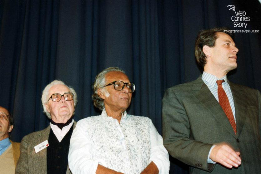 Mrinal Sen  (Bangladesh) et Michel Noir (Maire de Lyon) - Cérémonie du centenaire du Cinéma  - Lyon - 1995 © Anik COUBLE