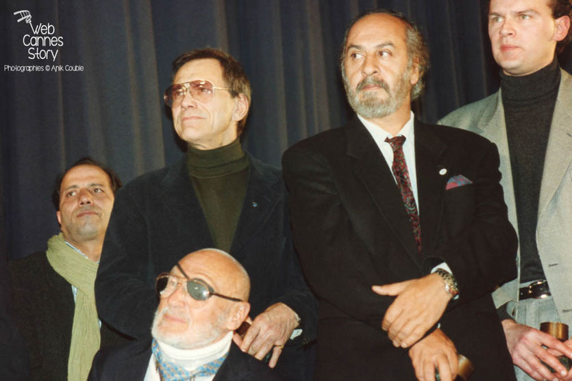 André de Toth, (assis) - USA- Medhi Charef (France) , Andreï Konchalovsky (ex URSS), Miguel Littin (Chili), Jean-Pierre Ameris (France) - Cérémonie du centenaire du Cinéma  - Lyon - 1995 © Anik COUBLE