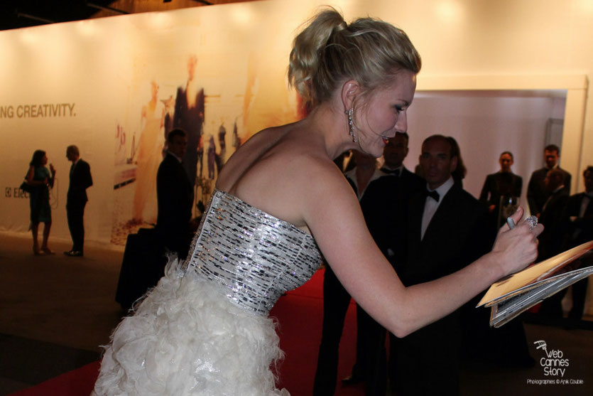 Kirsten Dunst, Prix d'interprétation féminine, en séance d'autographes - Photo © Anik Couble - Festival de Cannes 2011 - Photo © Anik Couble