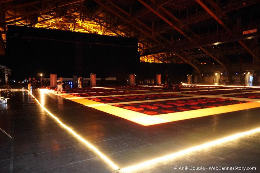 Les couchettes, intallées derrière l'écran, pour la Nuit bande de potes - Festival Lumière 2016  - Halle  Tony Garnier de Lyon - Photo © Anik Couble
