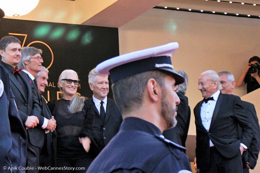 Jane Campion, entourée de Cristian Mungiu, Bille August, Claude Lelouch, David Lynch, Mohammed Lakhdar-Hamina et Laurent Cantet, sur les marches, pour assister à la Cérémonie des 70 ans du Festival de Cannes - Festival de Cannes 2017 - Photo © Anik Couble