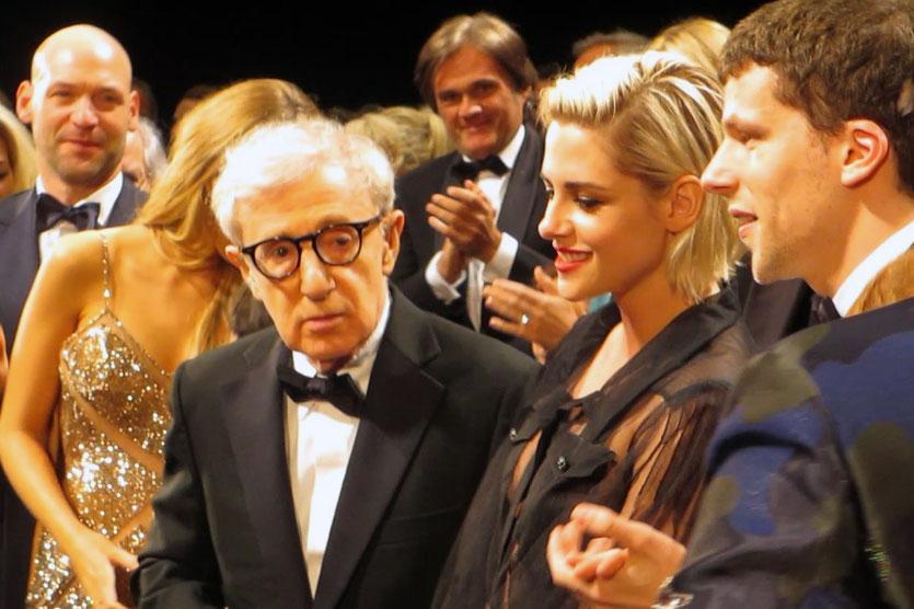 """Woody Allen,  entourée de Blake Lively, Kirsten Stewart et Jesse Eisenberg, lors de la projection de son film """"Café Society""""- Festival de Cannes 2016 - Photo © Raymond Haïk"""