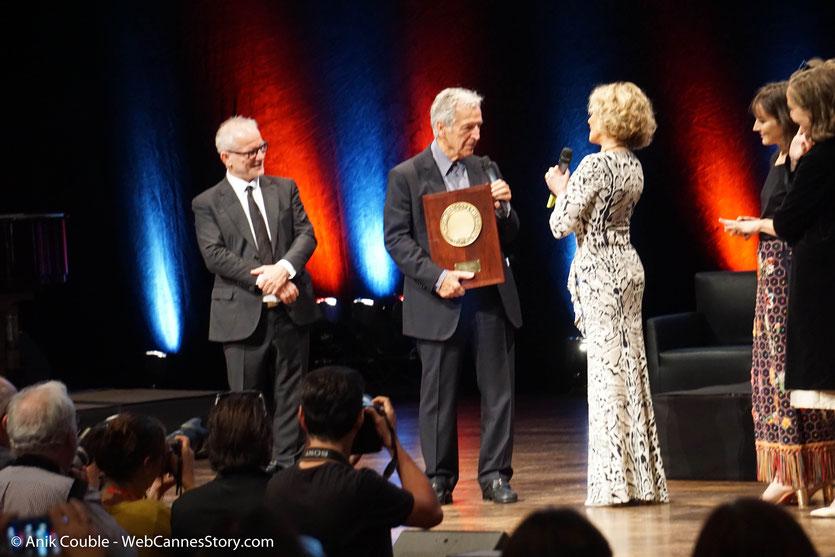 Jane Fonda reçoit des mains de Costa Gavras le Prix Lumière,  lors de la Cérémonie de Remise du Prix Lumière - Festival Lumière 2018 - Lyon - Photo © Anik Couble