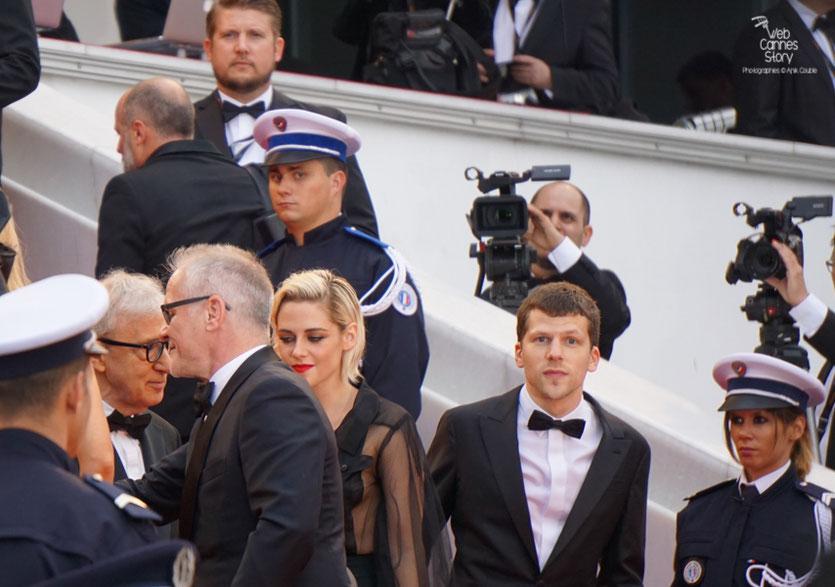 """Jesse Eisenberg, Kirsten Stewart, Woody Allen et Thierry Fremaux sur les marches, avant la projection du film """"Café Society"""" de Woody Allen - Festival de Cannes 2016 - Photo © Anik Couble"""