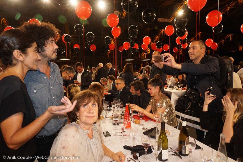Fabrice Schiff de Lyon People, photographiant Yarol Poupaud, lors du dîner d'ouverture du Festival Lumière 2017, à Lyon - Photo © Anik Couble