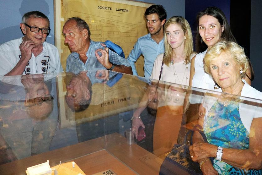 Max Lefrancq-Lumière, petit-fils de Louis Lumière, entouré de sa famille, devant la maquette des Usines Lumière, lors du vernissage de l'exposition Lumière ! Le cinéma inventé - Musée des Confluences - Lyon - juin 2017 - Photo © Anik Couble