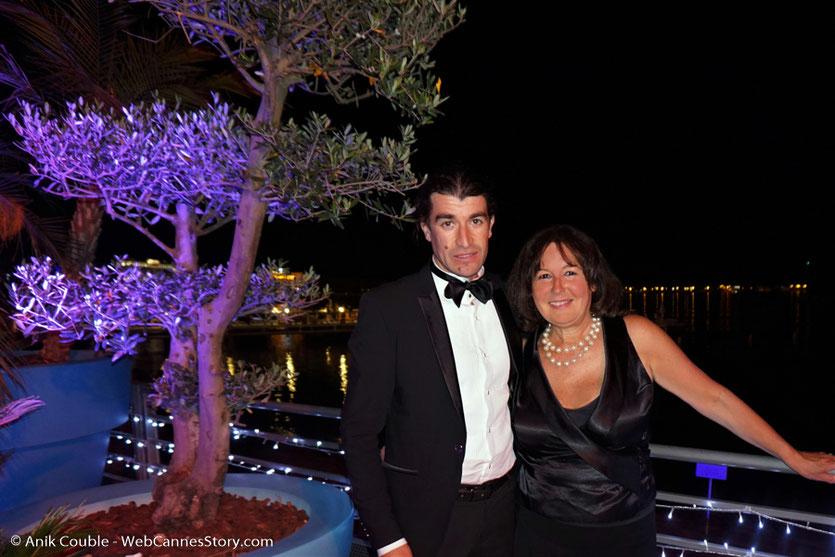En compagnie du comédien Belka, lors soirée de clôture du Festival de Cannes, sur la plage de l'Hôtel Majestic - Festival de Cannes 2017 - Photo © Anik Couble