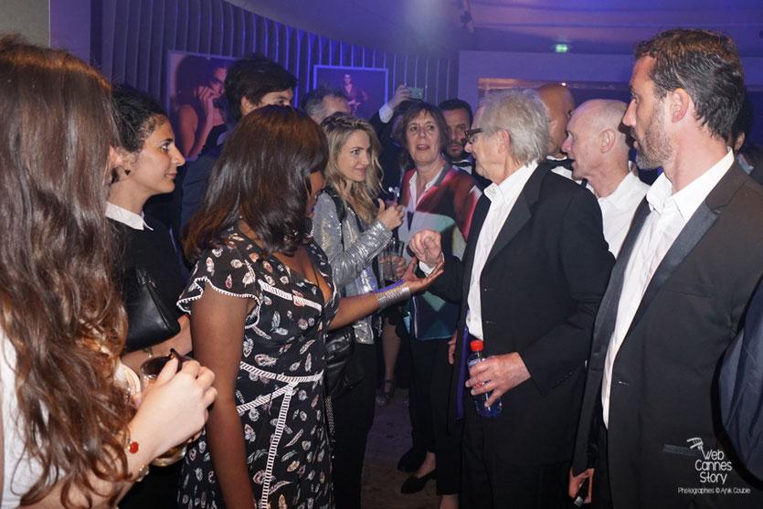 Ken Loach, Palme d'or, entouré de nombreux admirateurs -  Plage Magnum - Festival de Cannes 2016 - Photo © Anik Couble