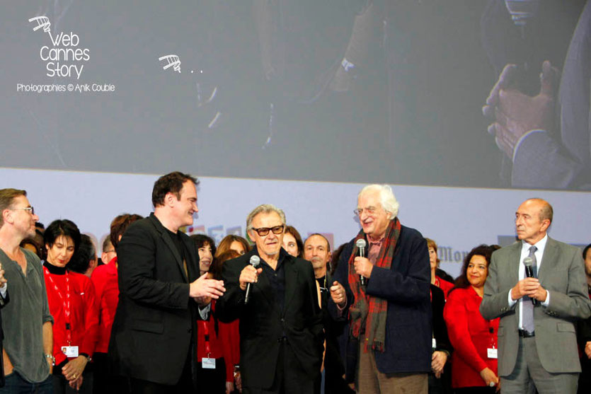 Quentin Tarantino, entouré de Thierry Fremaux, Tim Roth,  Harvey Keitel,  Bertrand Tavernier et Gérard Collomb, sur la scène de la Halle Tony Garnier - Clôture du Festival Lumière - Lyon - 2013 - Phot