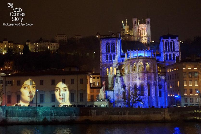 """Bel hommage des lyonnais, aux victimes des attentats de Paris, à travers l'installation, """"Regards"""" de Daniel Knipper -  Lyon -  8 décembre 2015 - Photo © Anik Couble"""
