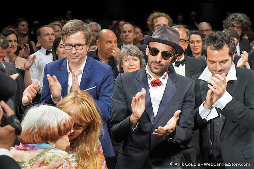 """Agnès Varda et sa fille Rosalie Varda-Demy, entourées de JR et Mathieu Chédid, lors de la projection du film documentaire """"Visages Villages"""" qu'elle a coréalisé avec JR - Festival de Cannes 2017 - Photo © Anik Couble"""