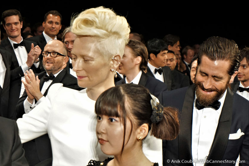 Tilda Swinton, entourée de Jake Gyllenhaal et Seo-Hyun Ahn, lors de la projection du film Okja de Bong Joon Ho - Festival de Cannes 2017 - Photo © Anik Couble