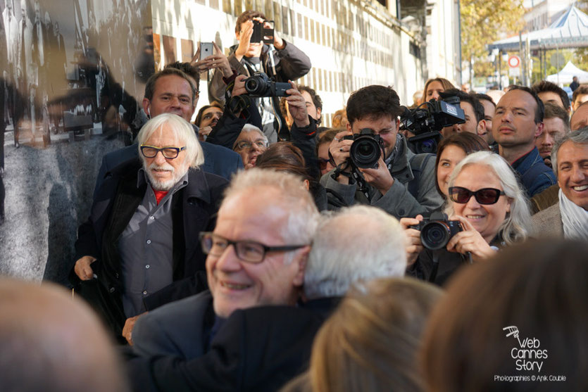 Martin Scorsese, dans les bras Thierry Frémaux, de lors de la pose de sa plaque sur le mur des réalisateurs au milieu de la foule - Festival Lumière 2015 - Photo © Anik COUBLE