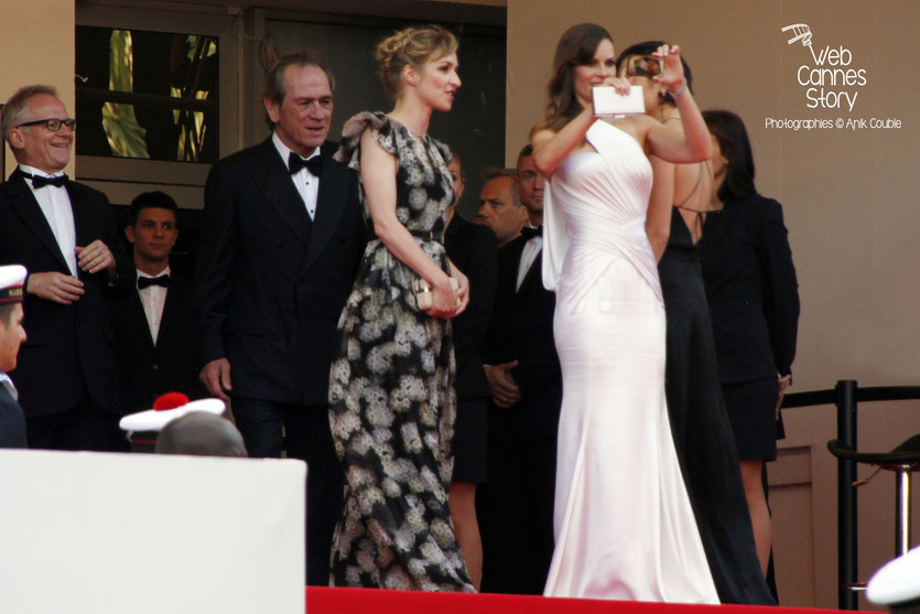 Thierry Fremaux, Tommy Lee Jones, Sonja Richter et Hilary Swank, lors de la présentation du film «The Homesman», réalisé par Tommy Lee Jones - Festival de Cannes 2014 - Photo © Anik COUBLE