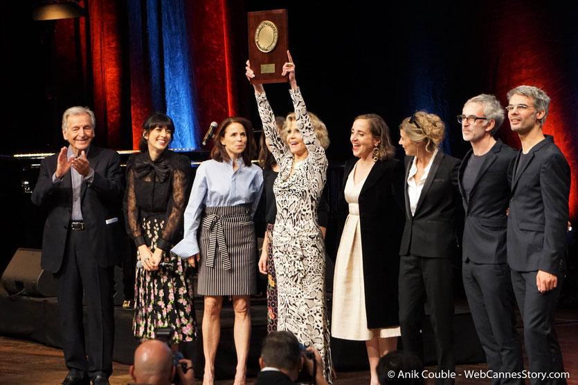 Jane Fonda, entourée des nombreuses personnalités, qui lui ont rendu hommage, lors de la Cérémonie de Remise du Prix Lumière - Festival Lumière 2018 - Lyon - Photo © Anik Couble