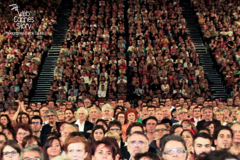 Pedro Almodovar, Marisa Paredes, Bertrand Tavernier et Gérard Collomb, au milieu du public de la Halle Tony Garnier - Clôture du Festival Lumière - Lyon - Octobre 2014 - Photo © Anik COUBLE