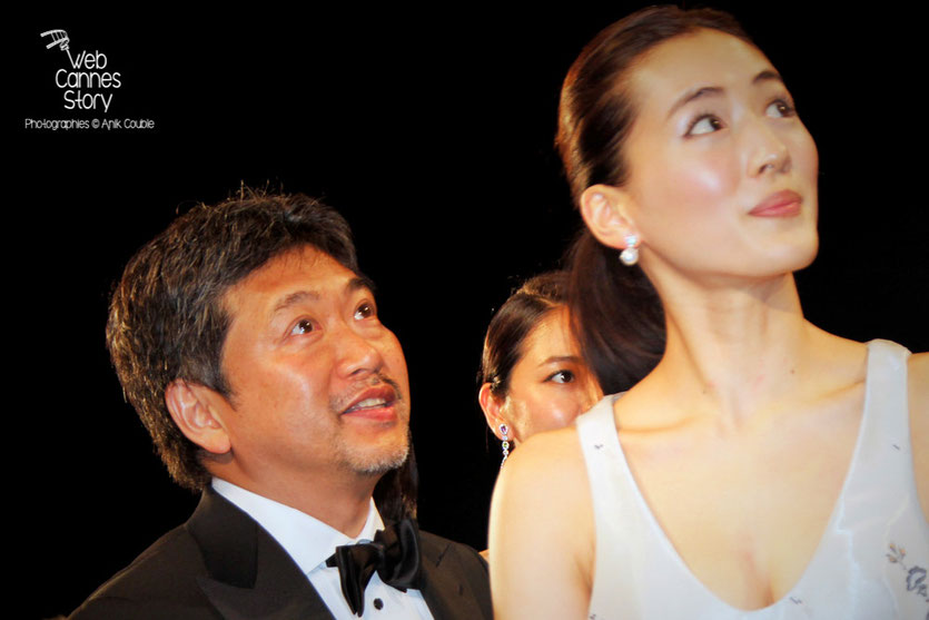 """Hirokazu KORE-EDA et son actrice Haruka Ayase lors de la projection de son film """" Notre petite soeur """" - Festival de Cannes 2015 - Photo © Anik COUBLE"""