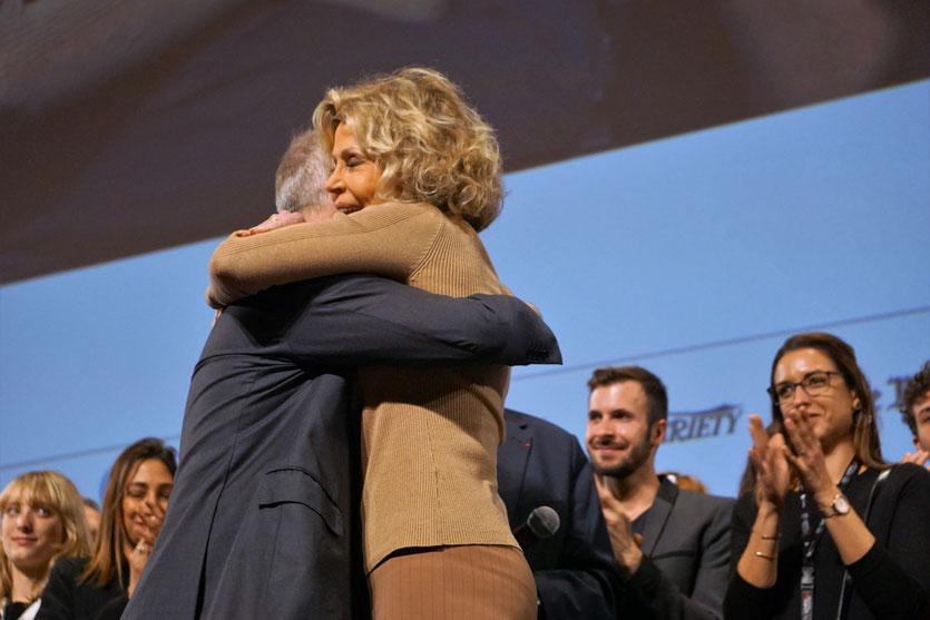 Belle démonstration d'amitié et d'affection entre Jane Fonda et Thierry Frémaux au moment du départ de celle-ci, lors de la cérémonie de clôture du Festival Lumière 2018 - Lyon - Photo © Anik Couble