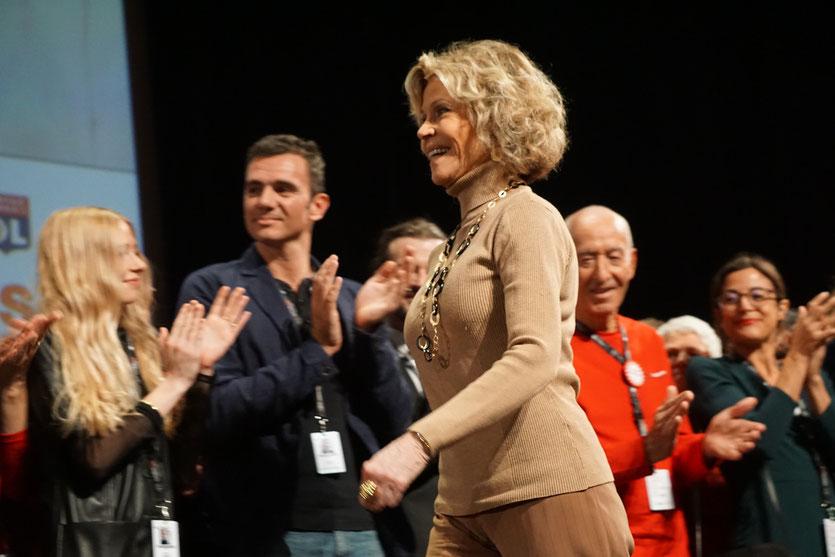 Arrivée de Jane Fonda, sur scène, auprès de la formidable équipe de l'Institut Lumière et des 700 bénévoles enthousiastes - Cérémonie de clôture du Festival Lumière 2018 - Lyon - Photo © Anik Couble