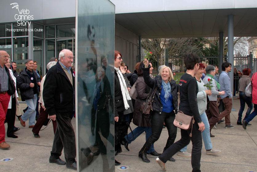"""Tournage du remake de """" Sortie d'Usine """" à l' Institut Lumière, pour célébrer les 120 ans du Cinéma, ici, les bénévoles du Festival Lumière - Lyon - 19 mars 2015 - Photo © Anik COUBLE"""