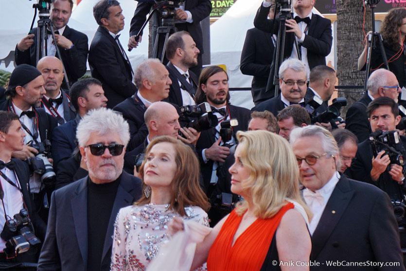 Pedro Almodóvar, Catherine Deneuve, Isabelle Huppert et George Miller, sur le tapis rouge, pour assister à la cérémonie des 70 ans du Festival de Cannes - Festival de Cannes 2017 - Photo © Anik Couble