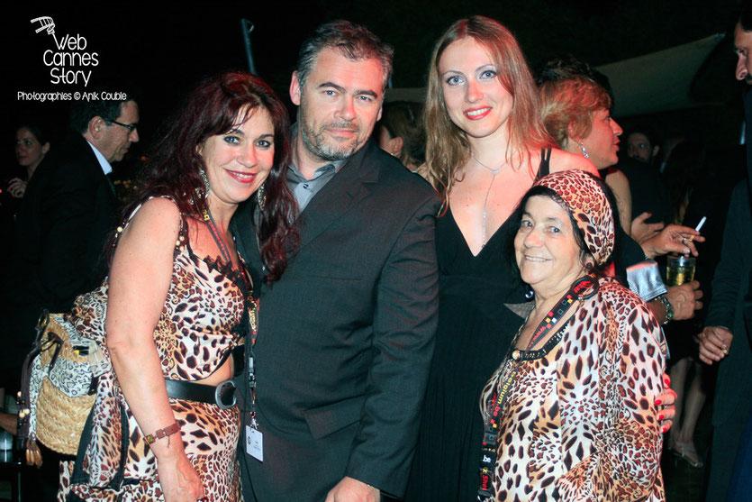 Pascaline Benito et Esméralda Petit-Benito, les célèbres femmes panthères, en compagnie d'un couple d'amis - Festival de Cannes 2009 - Photo © Anik Couble