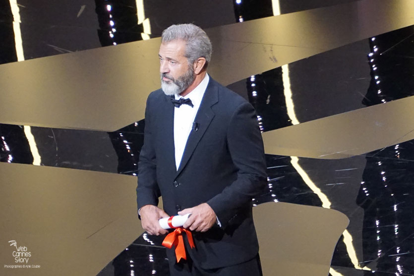 Mel Gibson s'apprêtant à remettre la Palme d'Or - Festival de Cannes 2016 - Photo © Anik Couble