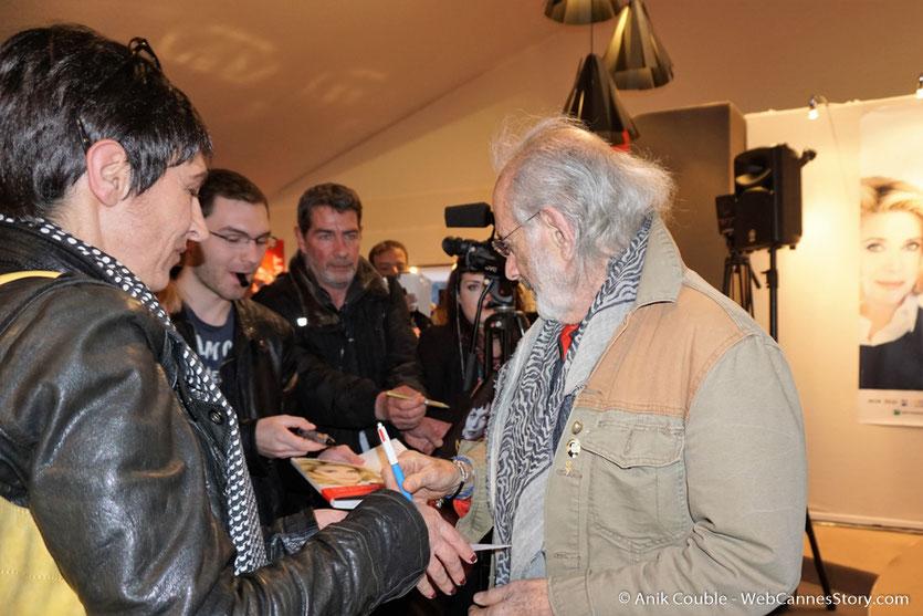 """Jerry Schatzberg, signant des autographes, à la sortie de  """"La Grande Emission"""" de Radio Lumière - Festival Lumière 2016 - Lyon - Photo © Anik Couble"""