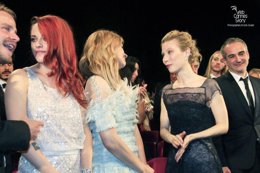 Kristen Stewart, entouré de Brady Corbet, Chloë Moretz, Nora Von Waldstätten et Olivier Assayas, lors de la présentation du film «Sils Maria» d'Olivier Assayas - Festival de Cannes 2014 - Photo © Anik COUBLE