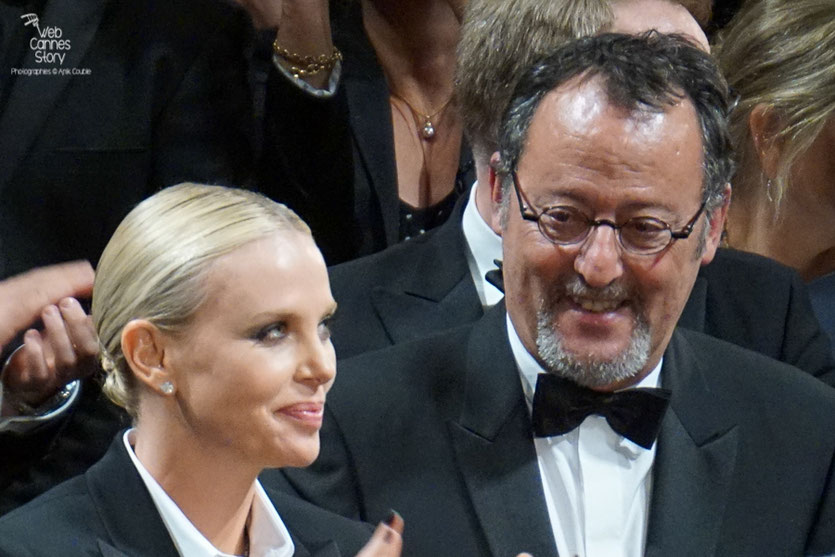 "Charlize Theron et  Jean Réno, lors de la projection du film ""The last face"" de Sean Penn - Festival de Cannes 2016 - Photo © Anik Couble"