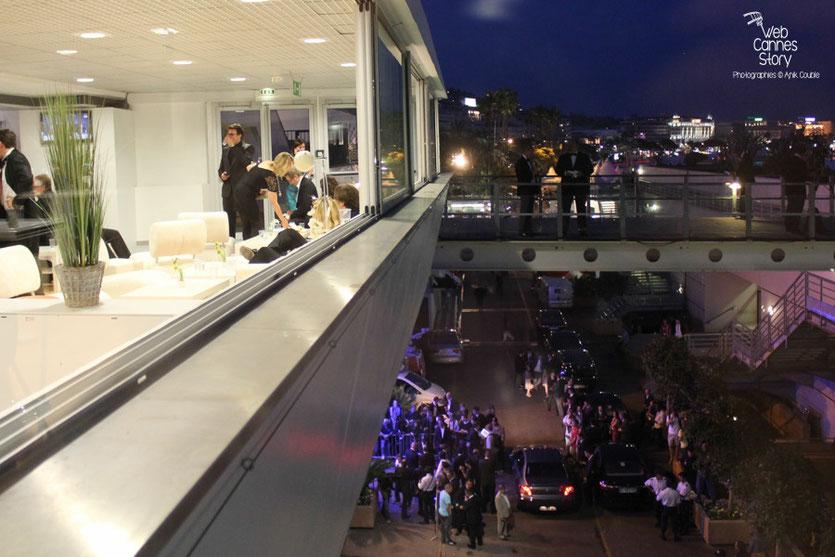 Contraste entre l'espace de tranquillité du Palais et l effervescence de la sortie des artistes - Festival de Cannes 2011 - Photo © Anik Couble