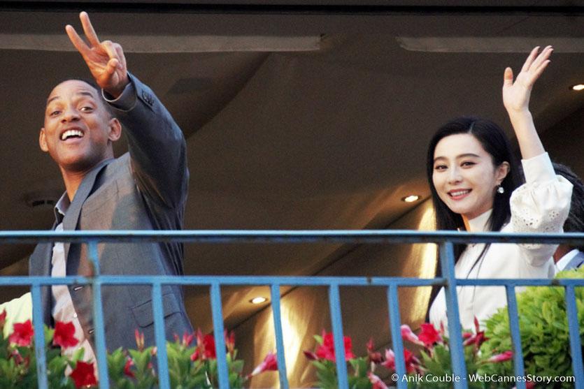 """Will Smith et Fan Bingbing, membres du Jury, saluant le public, depuis la terrasse de """"La Palme d'Or"""", le restaurant de l'Hôtel Martinez, pour le traditionnel dîner du Jury - Festival de Cannes 2017 - Photo © Anik Couble"""