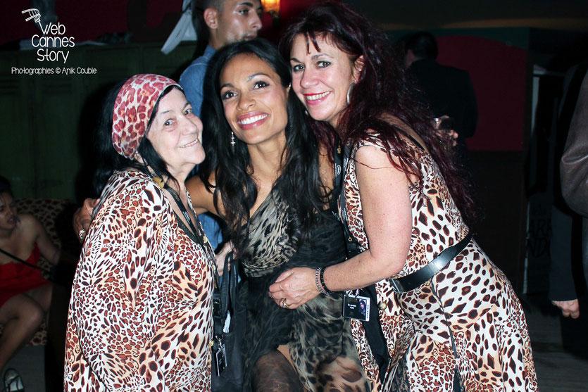 Pascaline Benito et Esméralda Petit-Benito, les célèbres femmes panthères, en compagnie de Rosario Dawson - Festival de Cannes 2011 - Photo © Anik Couble
