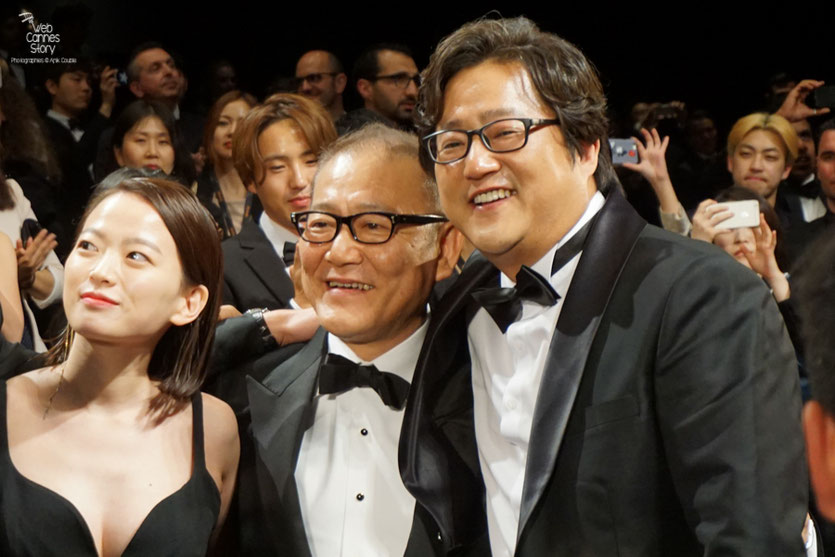 "Chun Woo Hee, Jun Kunimur et Kwak Do Won, lors de la projection du  film ""Goksung"" (The Strangers) de Na Hong Jin  - Festival de Cannes 2016 - Photo © Anik Couble"