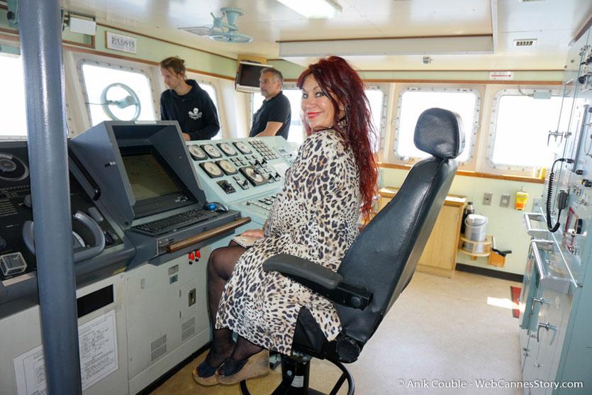 """Esméralda Petit Benito, au poste de pilotage du """"Sam Simon"""" l'un des bateaux de la fondation Sea Shepherd - Festival de Cannes 2016 - Photo © Anik Couble"""
