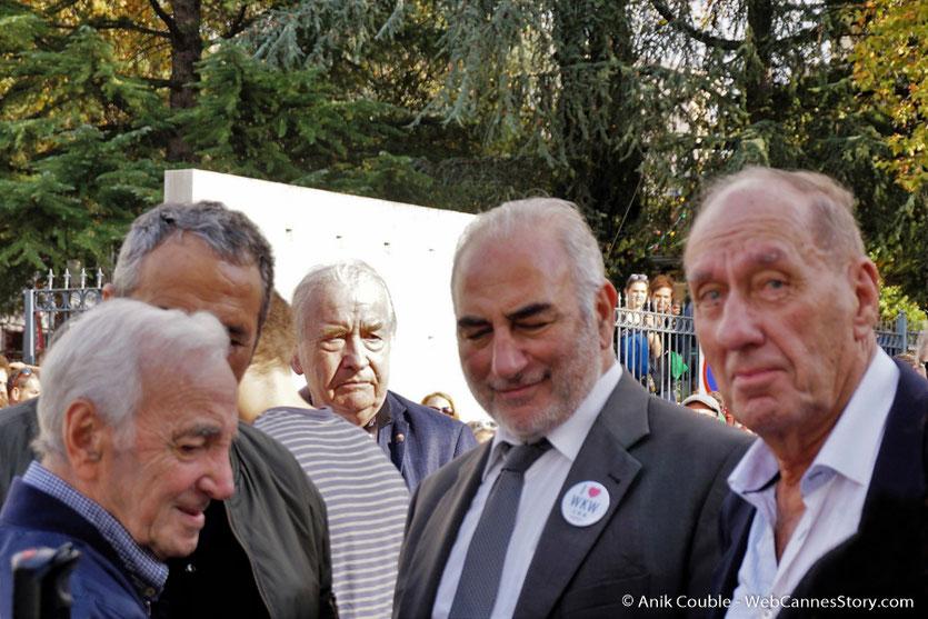 Charles Aznavour, en compagnie du maire de Lyon, Georges Képénékian et Max Lefrancq-Lumière, petit-fils de Louis Lumière,  lors du tournage de Sortie des Usines Lumière - Festival Lumière 2017 -  Lyon - Photo © Anik Couble
