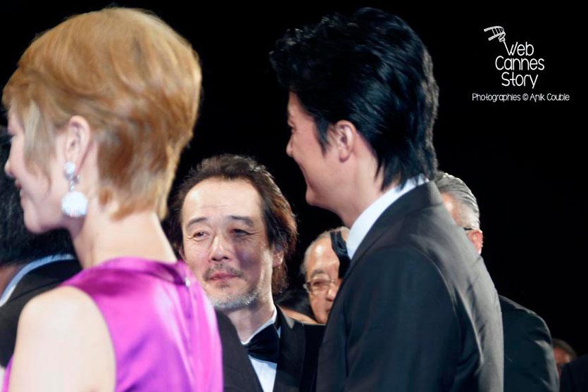 """Lily Franky, au centre, entouré de Shogen Hwang et Masaharu Fukuyama, acteurs du film japonais  """"Tel père, tel fils"""" de Kore-Eda Hirokazu - Festival de Cannes 2013 - Photo © Anik COUBLE"""