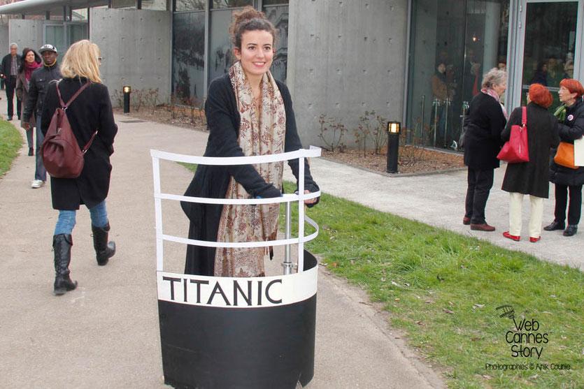 """Tournage du remake de """" Sortie d'Usine """" à l' Institut Lumière, pour célébrer les 120 ans du Cinéma, ici, l'ingénieuse étudiante en architecture, qui a réalisé cette étonnante réplique du Titanic - Lyon - 19 mars 2015 - Photo © Anik COUBLE"""