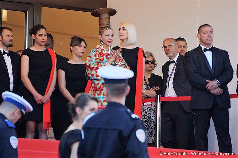 Victoria Abril, et son incroyable look, en haut des marches, avant d'assister à la cérémonie d'ouverture du 70e Festival de Cannes - Festival de Cannes 2017 - Photo © Anik Couble