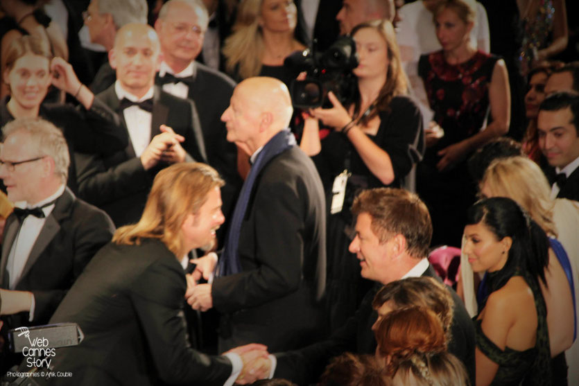 "Brad Pitt,  saluant Alec Baldwin, lors de la projection  de ""Cogan - La mort en douce""  d'Andrew Dominik - Festival de Cannes 2012 - Photo © Anik COUBLE"