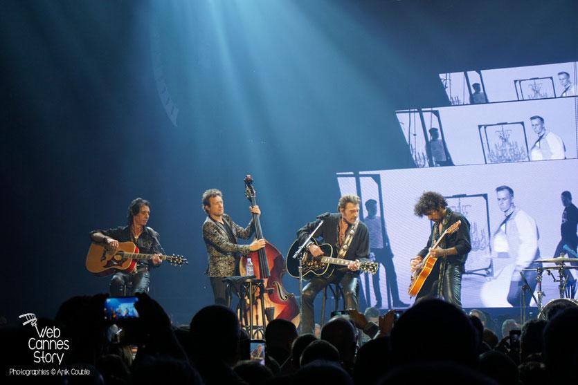 Johnny Hallyday, entouré de ses musiciens - Rester Vivant Tour - Halle Tony Garnier - Lyon - 7 et 10 novembre 2015 - Photo © Anik Couble